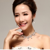 Sweet Flowers Shaped Crystal Necklace Jewelry Set