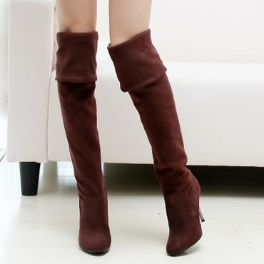 Deslizamento do pé redondo da forma do inverno no salto stiletto da camurça marrom sobre as botas do joalheiro do joelho